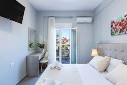 Спальня. Греция, Панормо : Апартамент с гостиной, двумя спальнями и балконом с видом на море