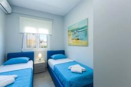 Спальня 2. Греция, Панормо : Апартамент с гостиной, двумя спальнями и балконом с видом на море