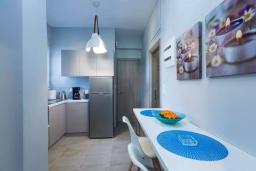 Кухня. Греция, Панормо : Апартамент с гостиной, двумя спальнями и балконом с видом на море