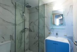 Ванная комната. Греция, Панормо : Апартамент с гостиной, двумя спальнями и балконом с видом на море