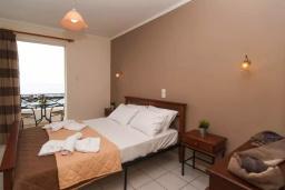 Спальня. Греция, Панормо : Апартамент в 50 метрах от пляжа, с гостиной, отдельной спальней и балконом с видом на море
