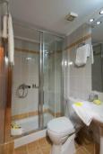 Ванная комната. Греция, Панормо : Апартамент в 50 метрах от пляжа, с гостиной, отдельной спальней и балконом с видом на море