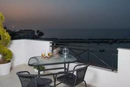 Балкон. Греция, Панормо : Апартамент в 50 метрах от пляжа, с гостиной, отдельной спальней и балконом с видом на море