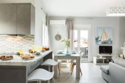 Гостиная. Греция, Панормо : Двухуровневый апартамент с гостиной, двумя спальнями, двумя ванными комнатами и большим балконом с видом на море