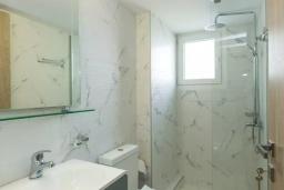 Ванная комната. Греция, Панормо : Двухуровневый апартамент с гостиной, двумя спальнями, двумя ванными комнатами и большим балконом с видом на море