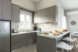 Кухня. Греция, Панормо : Двухуровневый апартамент с гостиной, двумя спальнями, двумя ванными комнатами и большим балконом с видом на море