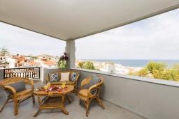 Балкон. Греция, Панормо : Двухуровневый апартамент с гостиной, двумя спальнями, двумя ванными комнатами и большим балконом с видом на море