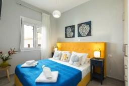 Спальня. Греция, Панормо : Двухуровневый апартамент с гостиной, двумя спальнями, двумя ванными комнатами и большим балконом с видом на море