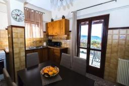 Кухня. Греция, Агия Марина : Прекрасная вилла с двориком и видом на море, 3 спальни, 2 ванные комнаты, парковка, Wi-Fi