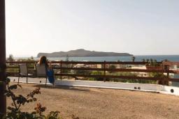 Терраса. Греция, Агия Марина : Прекрасная вилла с двориком и видом на море, 3 спальни, 2 ванные комнаты, парковка, Wi-Fi