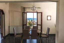 Обеденная зона. Греция, Агия Марина : Прекрасная вилла с двориком и видом на море, 3 спальни, 2 ванные комнаты, парковка, Wi-Fi