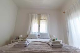 Спальня 2. Греция, Ираклион : Апартамент с большой гостиной, тремя спальнями, двумя ванными комнатами и балконом с видом на море
