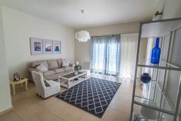Гостиная. Греция, Ираклион : Апартамент с большой гостиной, тремя спальнями, двумя ванными комнатами и балконом с видом на море