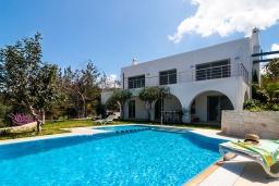 Фасад дома. Греция, Коккино Хорио : Роскошная современная вилла с шикарным видом на море, с 7-ю спальнями, с бассейном, зелёным двориком, патио и барбекю