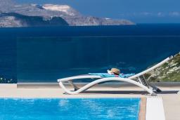 Бассейн. Греция, Коккино Хорио : Роскошная современная вилла с шикарным видом на море, с 7-ю спальнями, с бассейном, зелёным двориком, патио и барбекю