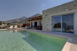 Фасад дома. Греция, Фаласарна : Современная вилла с бассейном и видом на море, 2 спальни, 2 ванные комнаты, джакузи, барбекю, патио, парковка, Wi-Fi