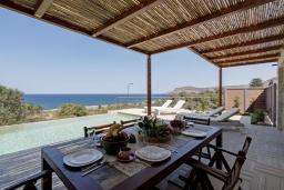Обеденная зона. Греция, Фаласарна : Современная вилла с бассейном и видом на море, 2 спальни, 2 ванные комнаты, джакузи, барбекю, патио, парковка, Wi-Fi