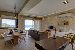 Гостиная. Греция, Фаласарна : Современная вилла с бассейном и видом на море, 2 спальни, 2 ванные комнаты, джакузи, барбекю, патио, парковка, Wi-Fi