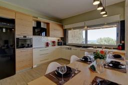 Кухня. Греция, Фаласарна : Современная вилла с бассейном и видом на море, 2 спальни, 2 ванные комнаты, джакузи, барбекю, патио, парковка, Wi-Fi
