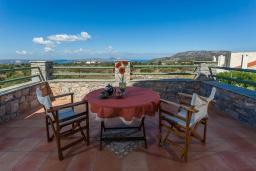 Балкон. Греция, Георгиуполис : Впечатляющая вилла с 3 спальнями, с большим бассейном, зелёным садом,  патио и барбекю, расположена в деревне Litsarda