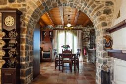 Кухня. Греция, Георгиуполис : Впечатляющая вилла с 3 спальнями, с большим бассейном, зелёным садом,  патио и барбекю, расположена в деревне Litsarda