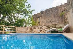 Бассейн. Греция, Георгиуполис : Каменный дом с 2 спальнями, бассейном и приватным двориком с барбекю и тенистым патио
