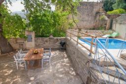 Территория. Греция, Георгиуполис : Каменный дом с 2 спальнями, бассейном и приватным двориком с барбекю и тенистым патио