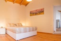 Спальня. Греция, Георгиуполис : Каменный дом с 2 спальнями, бассейном и приватным двориком с барбекю и тенистым патио