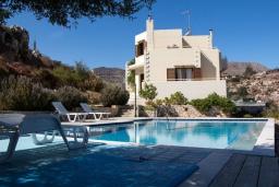 Фасад дома. Греция, Каливес : Прекрасная вилла с видом на море, с 3 спальнями, с бассейном, патио и барбекю, расположена в традиционной деревне Megala Chorafi