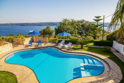 Бассейн. Греция, Каливес : Прекрасная вилла с видом на море, с 3 спальнями, 2 гостиными и 2 кухнями, с бассейном, зелёным двориком с барбекю и  настольным теннисом