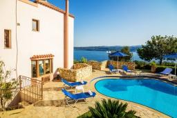Фасад дома. Греция, Каливес : Прекрасная вилла с видом на море, с 3 спальнями, 2 гостиными и 2 кухнями, с бассейном, зелёным двориком с барбекю и  настольным теннисом
