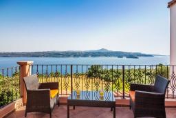 Балкон. Греция, Каливес : Прекрасная вилла с видом на море, с 3 спальнями, 2 гостиными и 2 кухнями, с бассейном, зелёным двориком с барбекю и  настольным теннисом