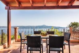 Терраса. Греция, Каливес : Прекрасная вилла с видом на море, с 3 спальнями, 2 гостиными и 2 кухнями, с бассейном, зелёным двориком с барбекю и  настольным теннисом