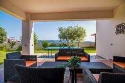 Патио. Греция, Каливес : Прекрасная вилла с видом на море, с 3 спальнями, 2 гостиными и 2 кухнями, с бассейном, зелёным двориком с барбекю и  настольным теннисом