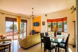 Гостиная. Греция, Каливес : Прекрасная вилла с видом на море, с 3 спальнями, 2 гостиными и 2 кухнями, с бассейном, зелёным двориком с барбекю и  настольным теннисом