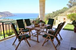 Терраса. Греция, Фаласарна : Прекрасная вилла с бассейном, зеленым двориком и видом на море, 3 спальни, 2 ванные комнаты, джакузи, барбекю, парковка, Wi-Fi