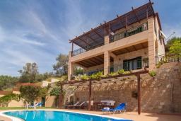 Фасад дома. Греция, Фаласарна : Прекрасная вилла с бассейном, зеленым двориком и видом на море, 3 спальни, 2 ванные комнаты, джакузи, барбекю, парковка, Wi-Fi