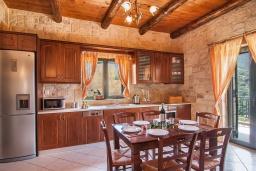 Кухня. Греция, Фаласарна : Прекрасная вилла с бассейном, зеленым двориком и видом на море, 3 спальни, 2 ванные комнаты, джакузи, барбекю, парковка, Wi-Fi