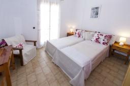Спальня. Греция, Каливес : Комфортабельная вилла с видом на море, с 3 спальнями, с бассейном и зелёным двориком
