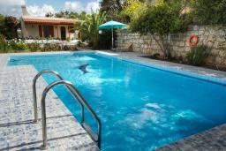 Бассейн. Греция, Каливес : Комфортабельная вилла с видом на море, с 3 спальнями, с бассейном и зелёным двориком
