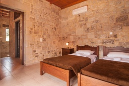 Спальня 2. Греция, Фаласарна : Прекрасная вилла с бассейном, зеленым двориком и видом на море, 2 спальни, 2 ванные комнаты, джакузи, барбекю, парковка, Wi-Fi