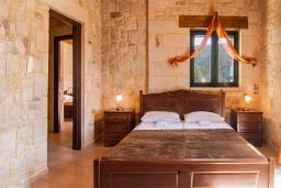 Спальня. Греция, Фаласарна : Прекрасная вилла с бассейном, зеленым двориком и видом на море, 2 спальни, 2 ванные комнаты, джакузи, барбекю, парковка, Wi-Fi