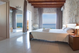 Спальня. Греция, Фаласарна : Современная вилла с бассейном и шикарным видом на море, 3 спальни, 3 ванные комнаты, джакузи, барбекю, парковка, Wi-Fi