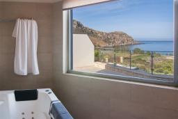 Ванная комната. Греция, Фаласарна : Современная вилла с бассейном и шикарным видом на море, 3 спальни, 3 ванные комнаты, джакузи, барбекю, парковка, Wi-Fi