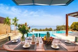 Обеденная зона. Греция, Фаласарна : Современная вилла с бассейном и шикарным видом на море, 3 спальни, 3 ванные комнаты, джакузи, барбекю, парковка, Wi-Fi