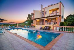 Фасад дома. Греция,  Ханья : Роскошная вилла с захватывающим видом на море и горы, с 4 спальнями, с бассейном, зелёной территорией, барбекю, тренажерным залом и детской площадкой