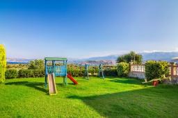 Территория. Греция,  Ханья : Роскошная вилла с захватывающим видом на море и горы, с 4 спальнями, с бассейном, зелёной территорией, барбекю, тренажерным залом и детской площадкой