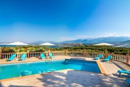 Бассейн. Греция,  Ханья : Роскошная вилла с захватывающим видом на море и горы, с 4 спальнями, с бассейном, зелёной территорией, барбекю, тренажерным залом и детской площадкой
