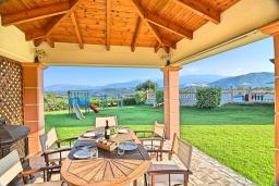 Обеденная зона. Греция,  Ханья : Роскошная вилла с захватывающим видом на море и горы, с 4 спальнями, с бассейном, зелёной территорией, барбекю, тренажерным залом и детской площадкой