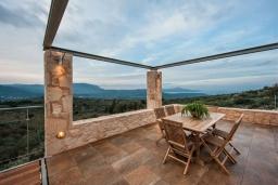 Балкон. Греция, Каливес : Роскошная современная вилла с панорамным видом на море, с 4 спальнями, с большим бассейном, зелёной лужайкой и барбекю